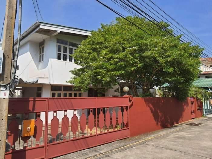 ขายบ้านเดี่ยว 2 ชั้น เนื้อที่ 56 ตารางวา หมู่บ้านไทยศิริเหนือ ทาวน์อินทาวน์ สุดยอดทำเล !! สะดวกสบาย เดินทางง่าย ใกล้ รถไฟฟ้าสายสีเหลือง!! ราคาเพียง15 ล้าน ถูกกว่าหลังอื่น 3-4 ล้าน