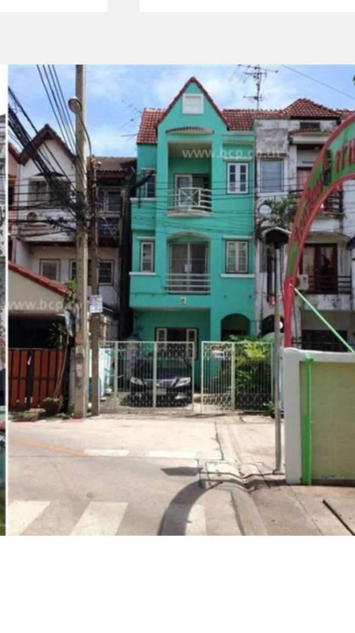 ขายด่วน ทาวเฮ้าส์ 3 ชั้น ติดถนน เดินทางสะดวกในกรุงเทพ